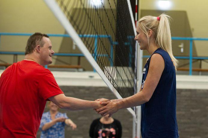 Laura Dijkema gaf eerder dit jaar een masterclass-volleybal aan Harm en zijn team.