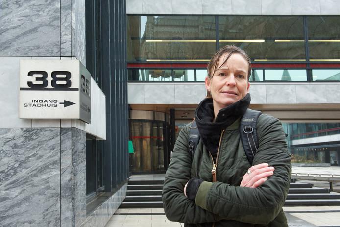 Annemarie Schrijver voor het stadhuis in Arnhem. ,,Plots staat een wildvreemde op mijn adres ingeschreven en ben ik mijn toeslagen kwijt. Dat kan toch niet?''