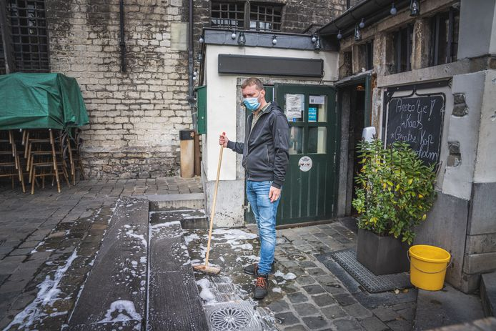 Wouter Vervynck, uitbater van café 't Galgenhuisje, heeft zijn terras  stevig moeten schrobben.