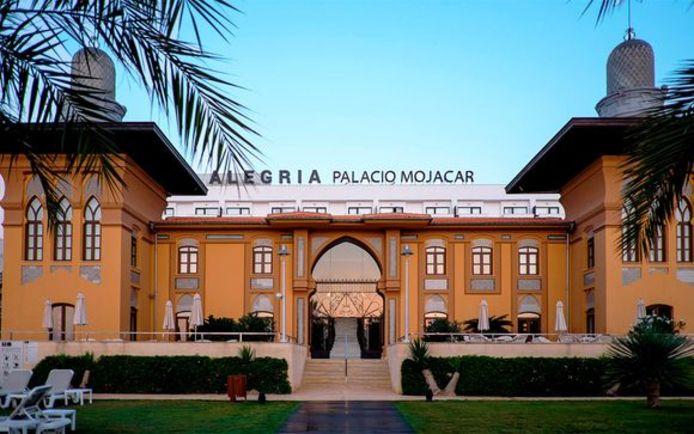 Het hotel is gevestigd in een paleis uit 1907 dat toebehoorde aan de Marqués de Chávarri.