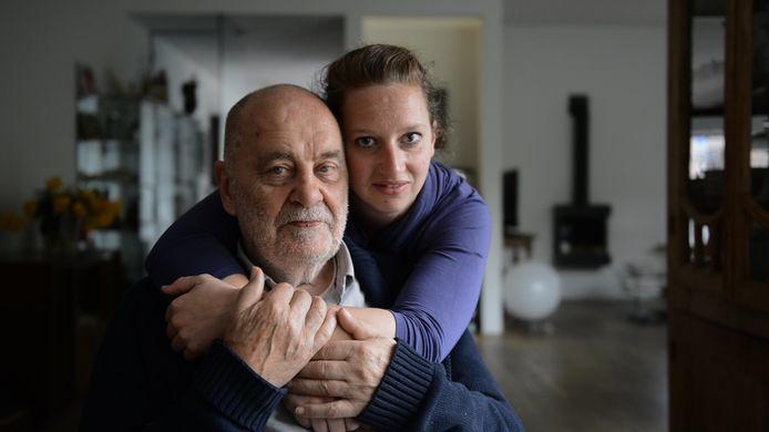 De Oosterhoutse kunstenaar Piet Hohmann (Breda, 1935) en familielid Juul Langenberg, die hem tien jaar geleden 'adopteerde als opa'.