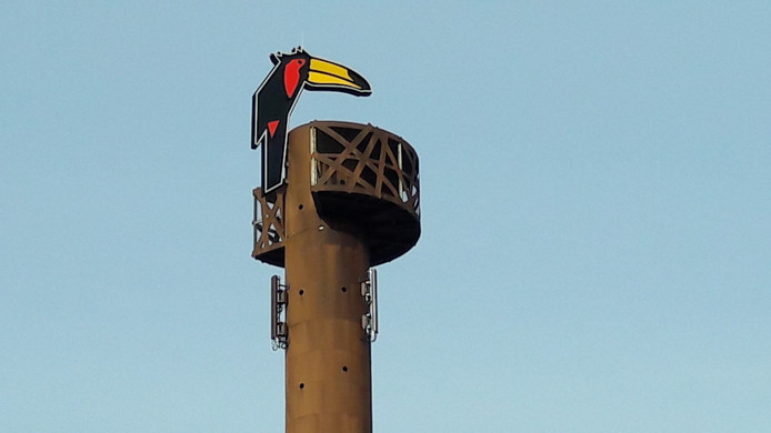 In de toren worden deze week antennes geplaatst.