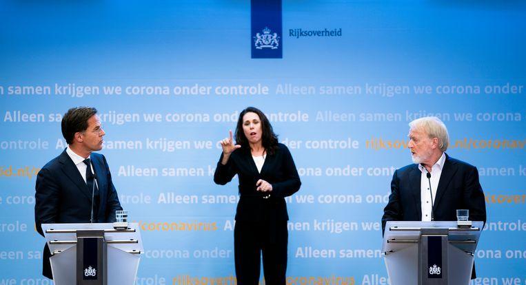 Premier Mark Rutte, de gebarentolk en Jaap van Dissel, directeur van het Centrum Infectieziektebestrijding van het RIVM,  tijdens de persconferentie dinsdag over de verlenging van de coronamaatregelen. Beeld Freek van den Bergh / de Volkskrant