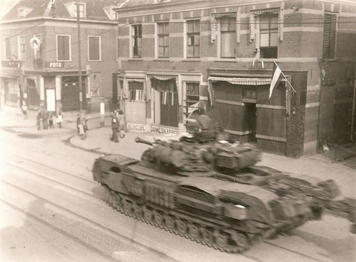Een geallieerde tank doorkruist de Hoofdstraat in Velp tijdens de bevrijding in april 1945.