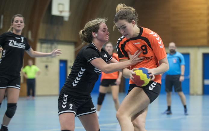 Daphne Roelfsema (rechts, Combinatie'64) wordt gestopt door Marly Oude Bekke van Zenderen Vooruit.