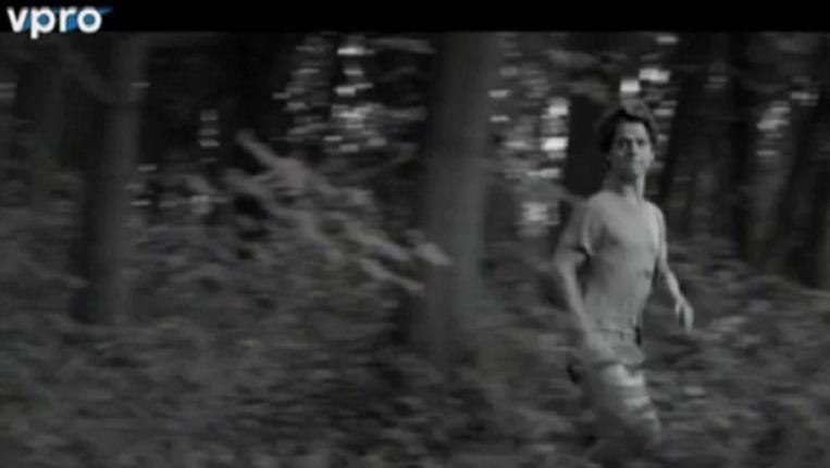 Beeld uit de documentaire Wij zijn 18: 'Mooiste scène: na een nacht slapen in een grote legertent in het bos rent een van de jongens bij het ochtendgloren, de dauw hangt nog tussen de takken in T-shirt en onderbroek door het beeld. Lichtvoetig, vrij, dartel, als een kind. Maar dan ziet hij de camera, vertraagt zijn pas, kijkt betrapt, schouders naar achter, norse blik, struint als een oude beer de laatste meters terug naar de tent', schrijft Martijn Simons. Beeld null