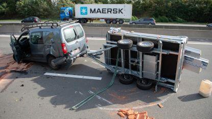 Bestelwagen met aanhangwagen crasht op E19
