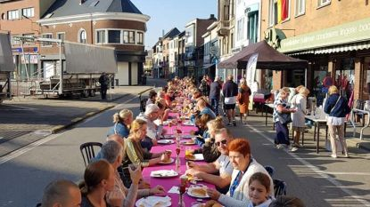 200 gasten smullen aan 'langste ontbijttafel'