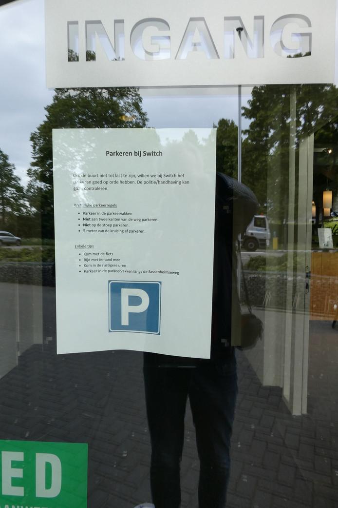 Switch180Club vraagt haar leden om rekening te houden met de buurt. Op de voordeur is een pamflet geplakt met parkeertips.
