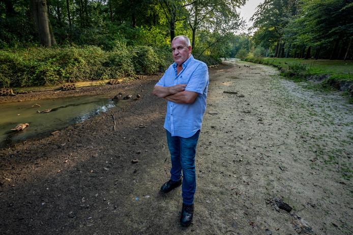 Gino Ketelaars wil dat de gemeente iets doet aan de drooggevallen eendenvijver.