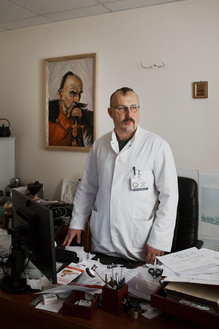 Chirurg Joeri Skrebets op zijn kamer in het ziekenhuis in Dnipro.  Beeld Emile Ducke