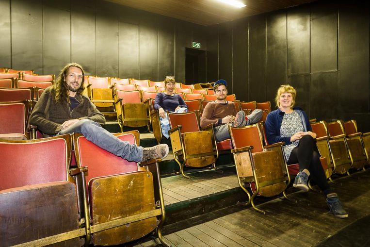 Bezielers van het project Jeroen Goddemaer, Jaco Jacobs, Wiebe Moerman en Eva Samyn in de authentieke stoeltjes die ze konden recupereren.