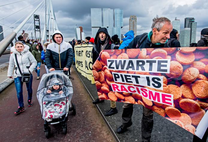 De demonstranten staan op de Erasmusbrug bij de aankomst van Sinterklaas in Rotterdam.