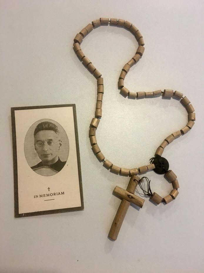 De rozenkrans van Titus Brandsma, de zalig verklaarde karmeliet die in 1942 stierf in concentratiekamp Dachau, bij zijn bidprentje.