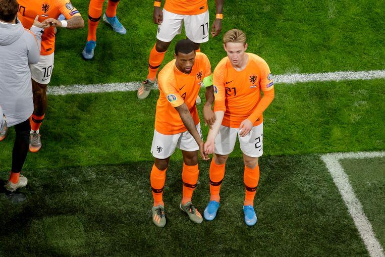 Georginio Wijnaldum en Frenkie de Jong vieren de 1-0 tegen Estland.   Beeld BSR Agency