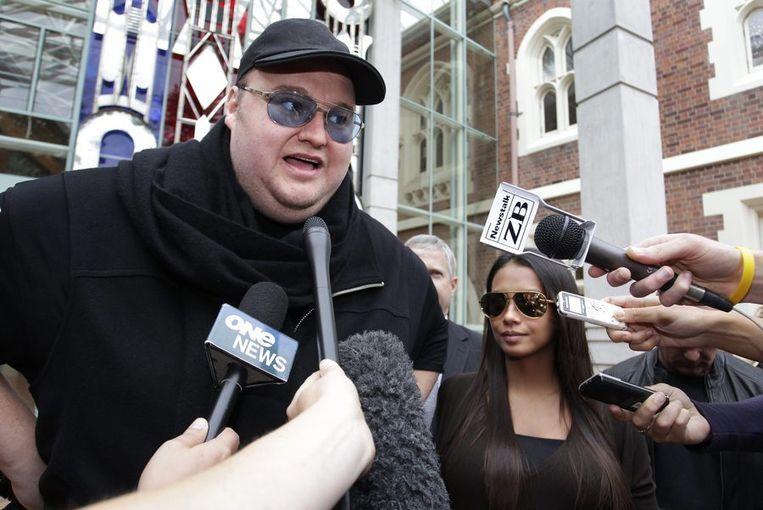 Kim Dotcom vorige week na het besluit van een Nieuw-Zeelands gerechtshof dat hij op borgtocht vrij kon blijven. Rechts Dotcoms echtgenote. Beeld reuters