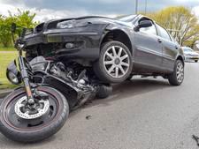 VIDEO: Motorrijder komt goed weg bij aanrijding in Tilburg