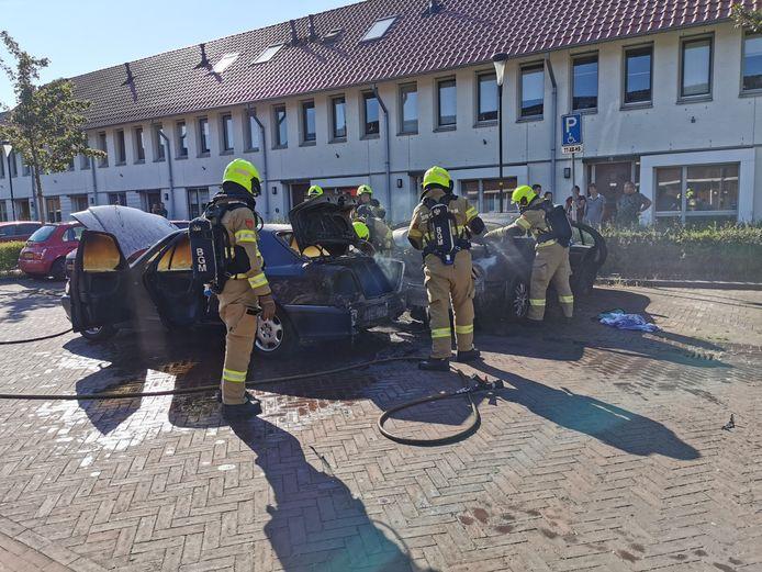 Twee auto's zijn verwoest door brand in Wageningen.