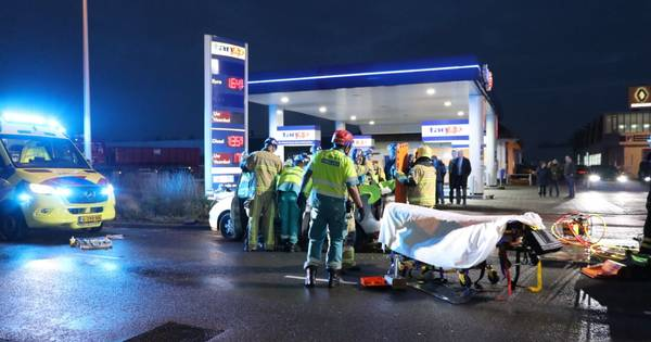 Man gewond door aanrijding tussen vrachtwagen en auto in Enschede.