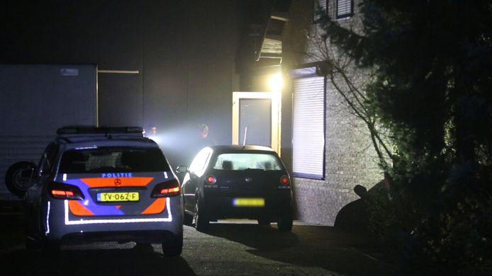Een politieauto in de nacht van de overval bij de woning aan de Middelkampsweg.