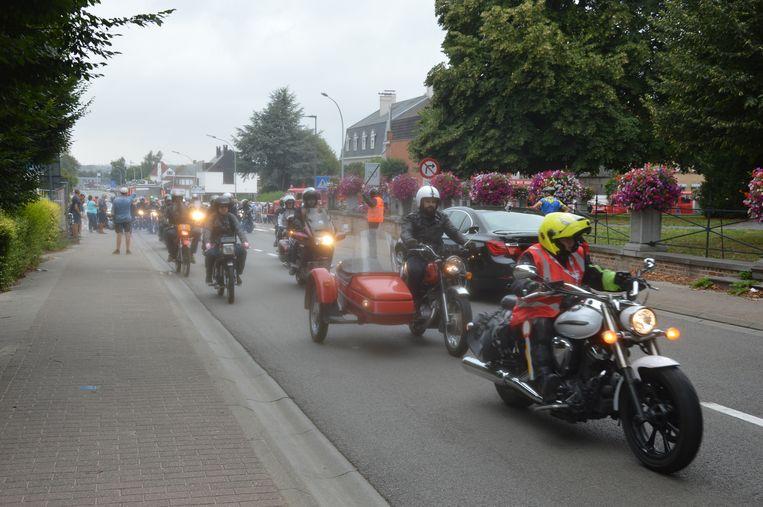 De brandweerwagen werd bij vertrek begeleid door onder meer een groep motorrijders.