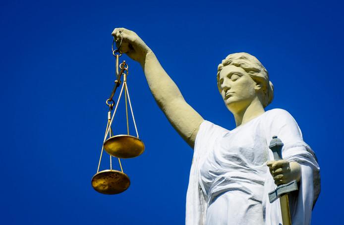 Een beeld van Vrouwe Justitia, het symbool van rechtvaardigheid.