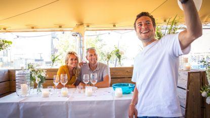 Viktor Verhulst verrast Ellen en Gert voor hun eerste huwelijksverjaardag