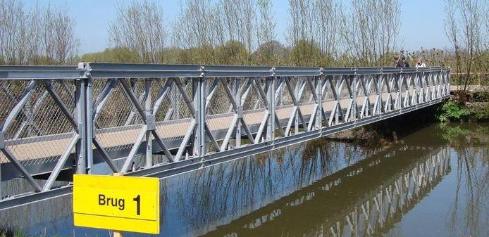 De nieuwe brug wordt een soort 'Baileybrug' en wordt zo goed als vlak aangelegd.
