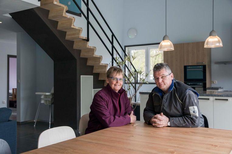 Gonnie Appel met haar man Marc Berton in het speciale huis dat ze helemaal ombouwden.