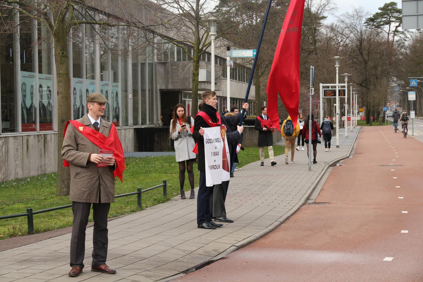 Gezin in Gevaar protesteert voor de Nijmeegse universiteitsbibliotheek.