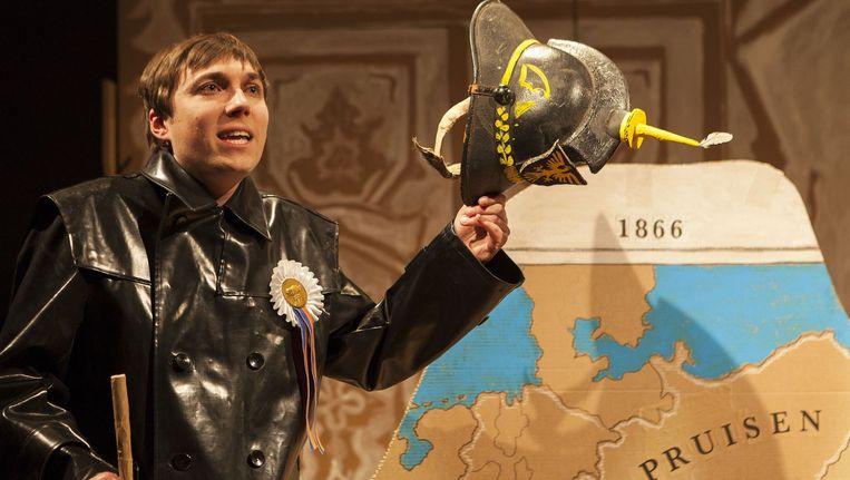 In de operette Ludwig vertelt Steef de Jong over de levenswandel van koning Ludwig II van Beieren. Beeld Tim Stet