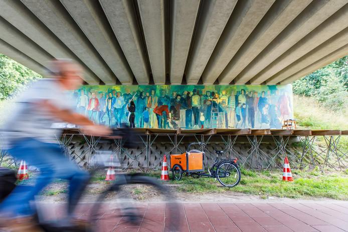 De Colombiaanse kunstenares Juliana Rios maakt momenteel een grote muurschildering onder het viaduct van de N269 over de Groenstraat in Esbeek.