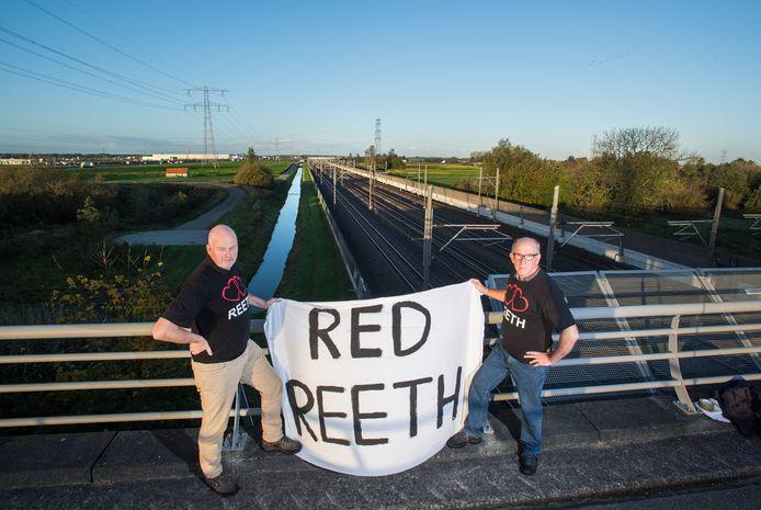 Rob Schleper (l) en Koos Nijssen van de Buurtvereniging Leefbaar Reeth voeren al lang strijd tegen de plannen en krijgen nu hulp uit omliggende dorpen en van de Gelderse Statenfractie van de SP.