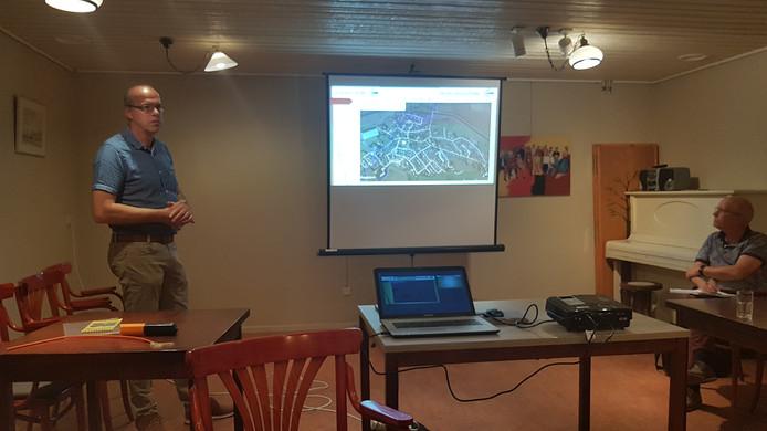 Johan Martens legt uit waar er straks in eerste instantie in Esch wordt gegraven
