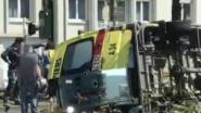 Ambulance met patiënt kantelt na botsing