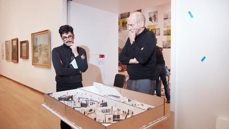 Rem Koolhaas (rechts) met zijn mede-ontwerper Federico Martelli bij de maquette van de nieuwe collectiepresentatie in het Stedelijk Museum Amsterdam. Beeld Erik Smits