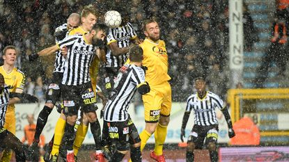 Charleroi laat na kloof met Club Brugge te verkleinen na draw tegen Lokeren