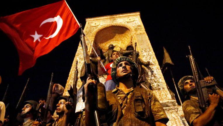 Turkse soldaten op het Taksimplein in Istanbul op 16 juli 2016 Beeld epa