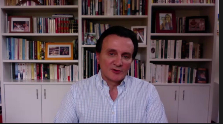 Pascal Soriot, topman van AstraZeneca, tijdens een persconferentie over het coronavaccin.