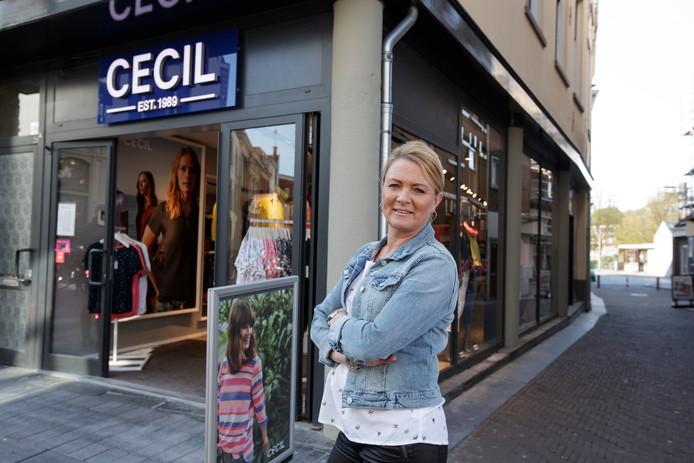 De steekpartij vond maandagavond plaats in de Spoorstraat pal naast de etalage van modezaak Cecil. Eigenaresse Sandra Milius voor haar winkel.