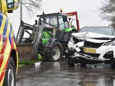 Trekker en auto klappen vol op elkaar in Nijeveen: één bestuurder raakt gewond