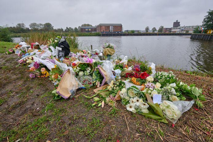 Bloemen langs Markkade in Breda na dodelijk ongeval
