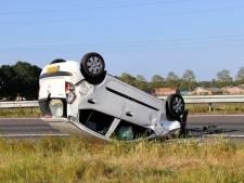 Auto slaat over de kop op A73 bij Boxmeer, bestuurder gewond