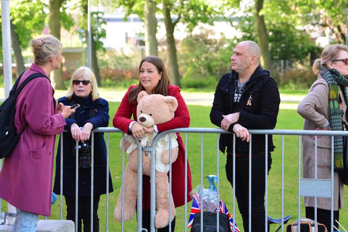 De eerste fans staan in het Zuiderpark te wachten op prins Harry, die daar komt om bijgepraat te worden over de Invictus Games 2020.