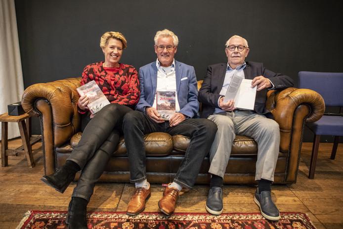 Frans Hendriksen (midden) reikte onder toeziend oog van uitgever Harry Faber het eerste exemplaar van zijn tiende boek uit aan wethouder Ursula Bekhuis.