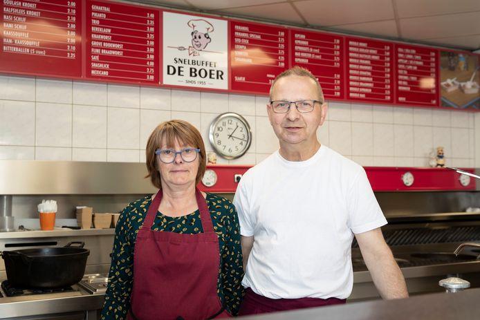 Jan de Boer en zijn vrouw Marjan in hun snackbar, die ze al veertig jaar met zijn tweetjes runnen. Jan: ,,We kunnen binnen in het slechtste scenario vier van de dertien barkrukken bezetten met klanten. Als er gezinnetjes komen, kunnen we wat meer mensen kwijt.''
