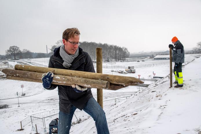 Adrie van der Poel (met oranje muts) kreeg dinsdag bij de parcoursopbouw voor zijn eigen Grote Prijs veldrijden in Hoogerheide hulp van de sjouwende gedeputeerde Christophe van der Maat.