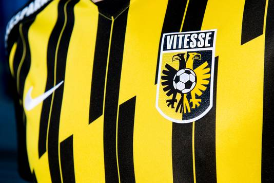 Het thuisshirt van Vitesse voor het voetbalseizoen 2020-2021. De traditionele verticale banen op het tenue verspringen op de borst.