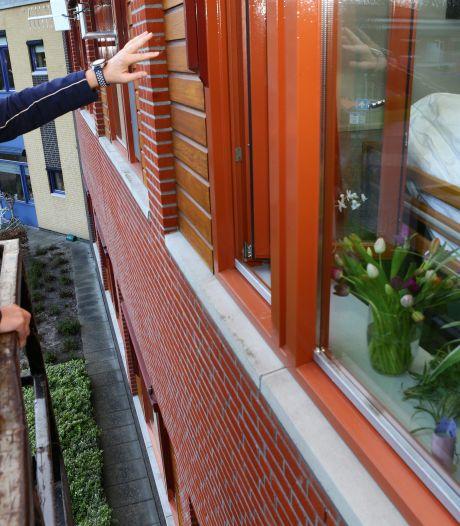 Wilma (56) kan in Nunspeet dankzij gratis hoogwerker even haar moeder (89) van dichtbij zien: 'Echt geweldig'