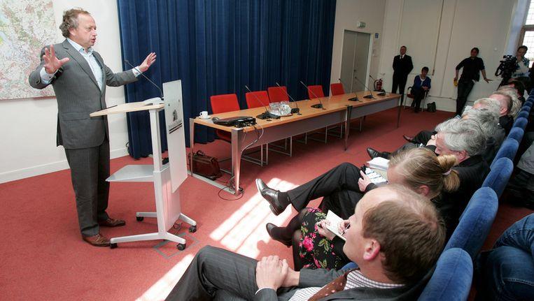 Actievoerders, dorpsraadsleden en burgemeesters luisterden in het provinciehuis in Middelburg naar de uitleg van Bleker. Beeld Bart van der Moeren